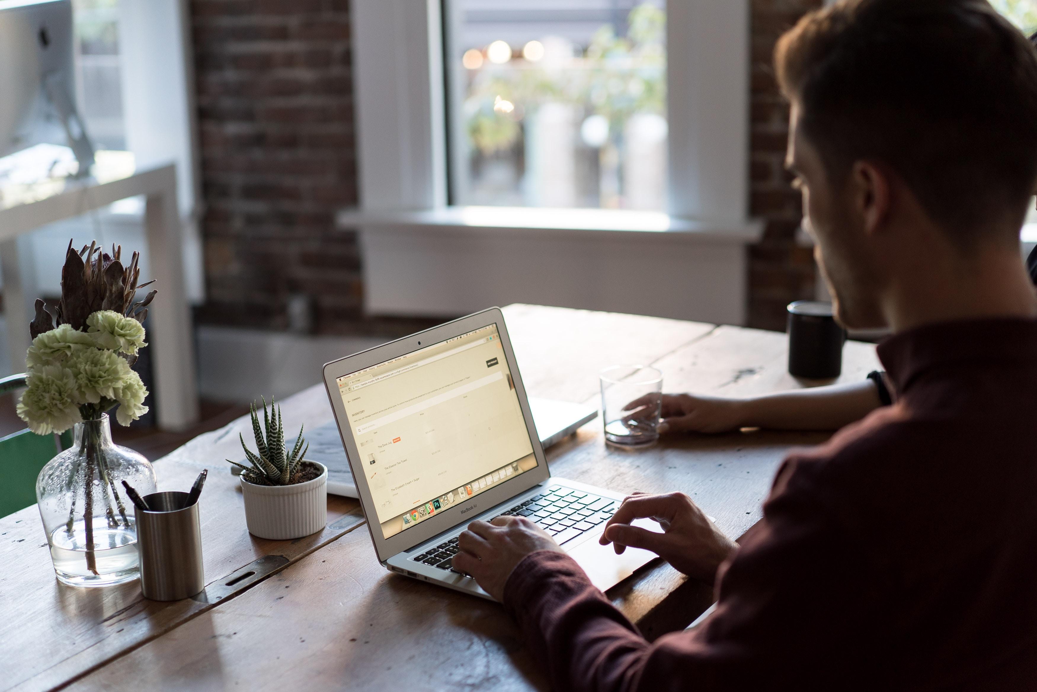 Jak zadbać o zdrowie organizmu podczas długiej pracy przy biurku? Podnóżki pod biurko rozwiązaniem problemu