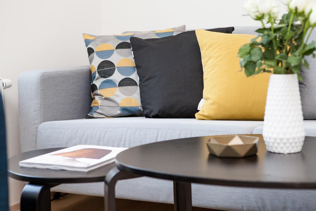 Czarne poduszki dekoracyjne do skandynawskich przestrzeni – jakie wybrać?