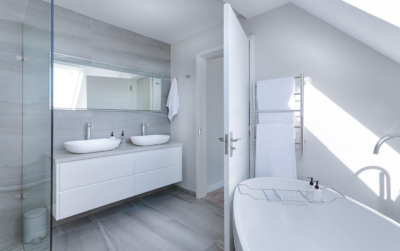 Nablatowa umywalka łazienkowa – czy warto ją kupić?